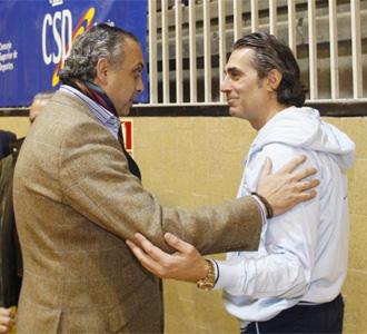 Scariolo y José Luís Sáez charlan en un acto de la Asociación de entrenadores