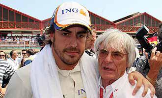 Alonso posa con Ecclestone en la parrilla del circuito urbano de Valencia