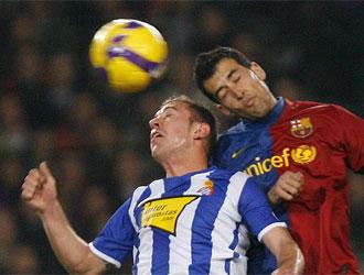 Ángel Martínez disputa un balón con Sergi Busquets en su último partido con el Espanyol.