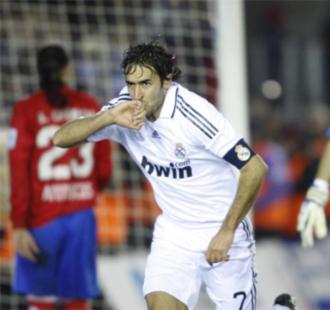 Ra�l se besa el anillo para celebrar su gol 307 con el Real Madrid.
