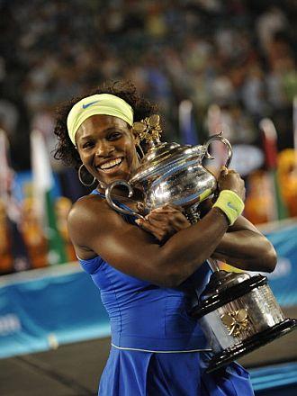 Serena Williams posa con el trofeo de campeona en el Open de Australia 2009.