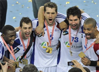 Los jugadores franceses posan con la medalla de oro.