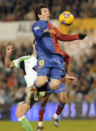Messi controla con el pecho mientras Marcano intenta derribarle, segundos antes de marcar el tanto de la victoria.