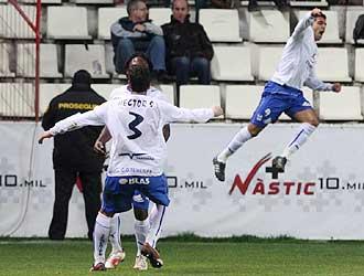 �ngel celebra el gol del triunfo del Tenerife en Tarragona mientras Kome y Juanlu se abrazan