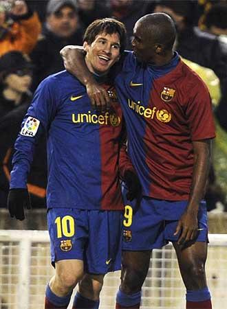 Messi y Etoo celebran un gol