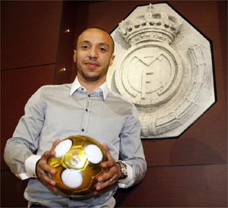 Faubert posa junto al escudo del Real Madrid.