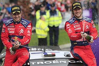 S�bastien Loeb celebra la victoria en Irlanda junto a su copiloto, Daniel Elena.