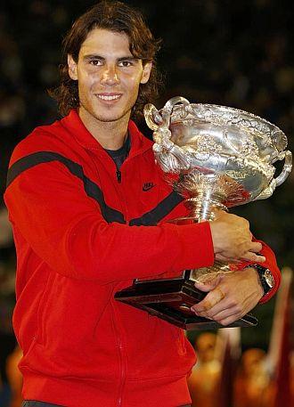 Rafa Nadal abraza el trofeo que le otorga como campe�n del Open de Australia.