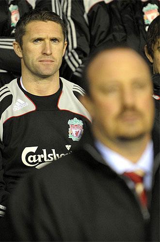 El delantero del Liverpool, Robbie Keane, en el banquillo detr�s de Rafa Ben�tez