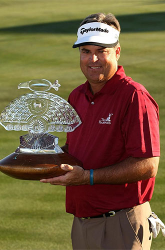 El estadounidense Kenny Perry posa con el trofeo del Abierto FRB