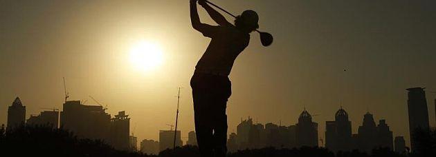 Rory McIlroy golpea un drive en el Dubai Desert Classic