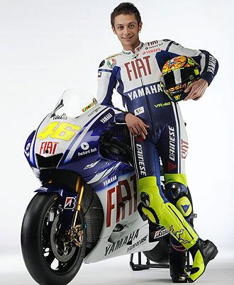 Valentino Rossi posa con la Yamaha M1 que pilotar� en el pr�ximo Mundial de MotoGP