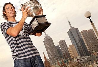 Nadal posa con el trofeo de campe�n del Open de Australia