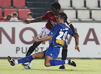 Óscar Álvarez lucha por un balón con N'Gal durante el Girona-Gimnástic de este año de Copa