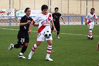Ana Romero, 'Willy', jugadora del Rayo Vallecano, puja con una rival del Athletic de Bilbao.
