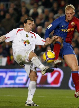 Josemi y Gudjohnsen pelean un bal�n en el Bar�a-Mallorca de la Liga BBVA