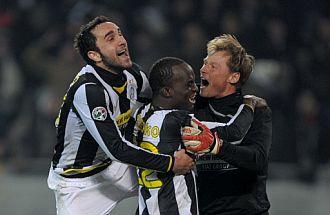 Molinaro, Sissoko y Manninger se abrazan tras el partido