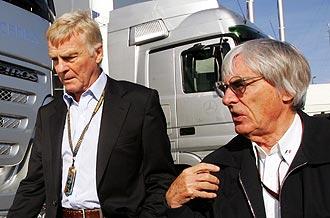 Max Mosley (izquierda) y Bernie Ecclestone dialogan en el 'paddock' del circuito de Spa en 2007.