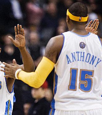 Carmelo Anthony es felicitado por varios compa�eros.