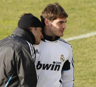 Miguel Torres junto a Iker Casillas durante el entrenamiento.