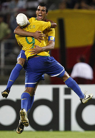 Sandro y Walter celebran el tercer tanto de Brasil.