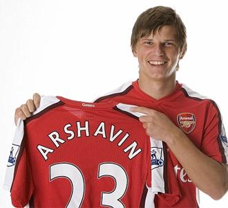 Andrei Arshavin posa que con la camiseta de su nuevo equipo, el Arsenal.