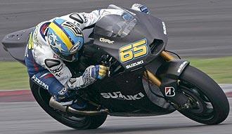 Loris Capirossi pilota su Suzuki, todav�a pintada de negro, en los primeros entrenamientos de Sepang.