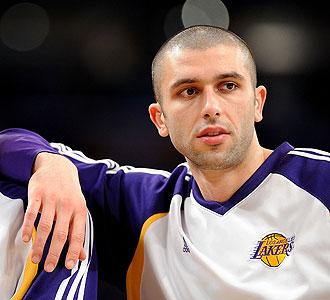 Vladimir Radmanovic con el uniforme de los Lakers