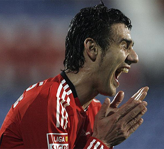 El jugador del Benfica Katsouranis se lamenta durante un partido