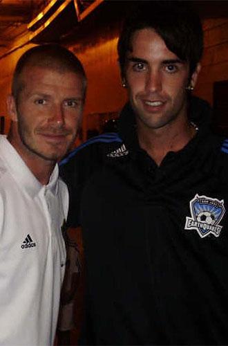 Mikel Arce, junto a David Beckham.