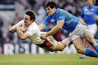 El medio mel� Harry Ellis se lanza pese al placaje de Andrea Masi para anotar uno de los dos ensayos que logr� ante Italia