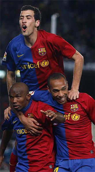 Busquets, Etoo y Henry celebran un tanto del Barcelona ante el Sporting