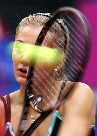 Anna Chakvetadze golpea la pelota durante un choque de Fed Cup ante China en Mosc�.
