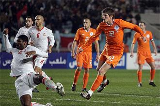 Klaas Jan Huntelaar en el momento de disparar para marcar con Holanda