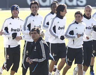Juande dirige un entrenamiento del Madrid