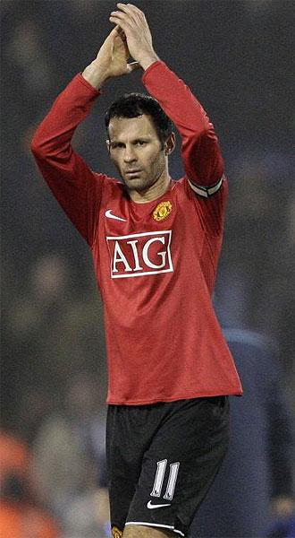 Ryan Giggs aplaude cuando le sustituyen durante un partido con el Manchester United