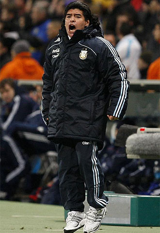 Maradona vivi� el partido intensamente.