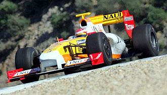 Fernando Alonso pilota su Renault R29 en el circuito de Jerez.