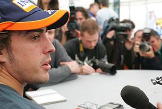 Fernando Alonso responde a los medios de comunicaci�n en el circuito de Jerez.