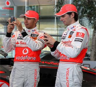 De la Rosa junto a Hamilton en la presentaci�n del nuevo coche.