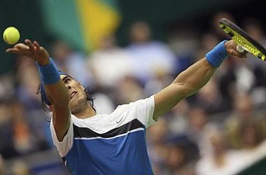 Rafa Nadal realiza un saque en el partido ante Bolelli en el partido de primera ronda de Rotterdam