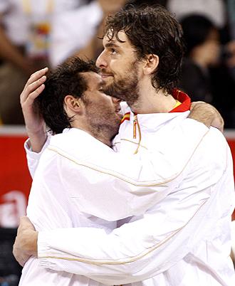 Pau Gasol y Rudy Fern�ndez se abrazan tras ganar la plata ol�mpica