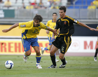 M�rquez pugna por un bal�n con Pav�n en el partido de ida disputado en Gran Canaria.
