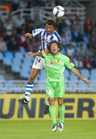 Xabi Prieto y Pe�a pugnan por un bal�n en el partido de ida