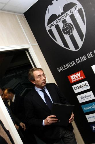 Vicente Soriano se prepara para una rueda de prensa