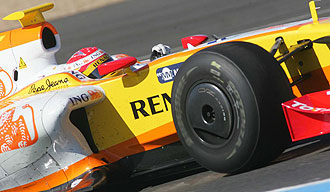 Fernando Alonso pilota su Renault R29 en el circuito de Jerez de la Frontera.