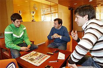 Klaas-Jan Huntelaar, en un momento de la entrevista junto a los dos redactores de MARCA.