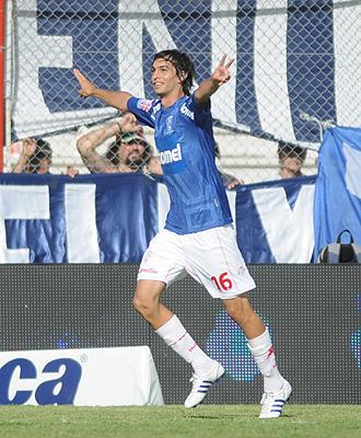 Javier Pastore celebra un gol de Hurac�n.