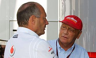 Niki Lauda, con gorra roja, dialoga con Ron Dennis en un Gran Premio de 2007.