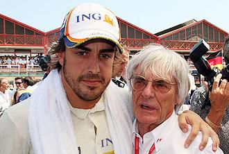 Fernando Alonso y Bernie Ecclestone posan en la parrilla del circuito urbano de Valencia.